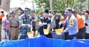 Pendistribusian langsung air bersih di Desa Cakul, Kecamatan Dongko bersama Kapolres dan Dandim