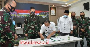 Penandatangan berita acara penyerahan pekerjaan pelaksanaan TMMD Bupati Batu Bara dengan Komandan Kodim 0208/Asahan