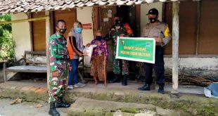 Dalam Rangka HUT TNI Yang Ke 75 Kodim 0808/ Blitar BerKegiatan Mangadakan Baksos Ke Warga Yang Kurang Beruntung