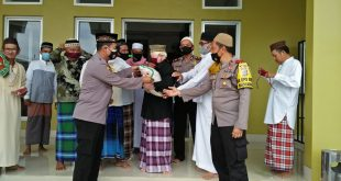 Kapolres Bangka tengah Terjun langsung berikan bantuan Masker dan Bantuan Sosial kepada pengurus Masjid Darusalam Desa Belilik.
