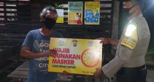 Bhabinkamtibmas Jajaran Polsek Gantung Gencarkan Slogan Wajib Gunakan Masker.