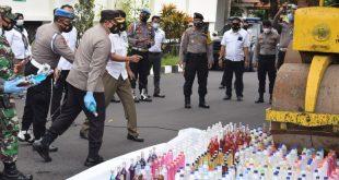 Jelang Tahun Baru Polres Bondowoso serta Forkopimda Musnahkan Hasil Penyitaan ratusan botol miras