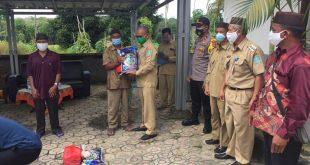 Penyaluran Paket Sembako Dari Kabupaten Bangka Kepada Warga Desa Air Duren Yang terpapar Covid 19