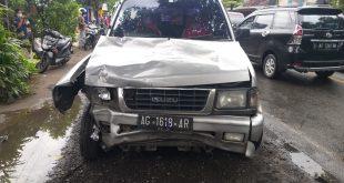 Kecelaka'an Beruntun Di Alami Oleh 2 Mobil Dan 4 Motor , Akibat Pengendara Kurang Konsentrasi