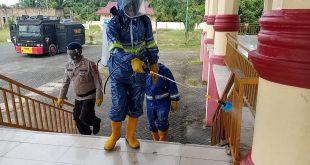 Lagi, Kompi 2 Batalyon C Pelopor Semprotkan Disinfektan Di Lapangan Sada Kata