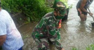 Untuk Mengantisipasi Datangnya  Banjir , Anggota Koramil Tipe B 0808/02 Garum Mengadakan Pembersihan Sungai