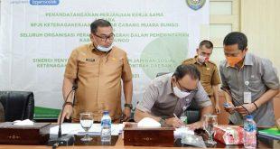 Pemerintah Kab Bungo menandatangani MOU dengan pihak BPJS ketenagakerjaan.