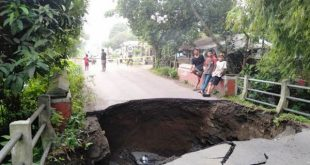 Ambruknya Jembatan Bong Cino Di Akibatkan Lalu – Lalangnya Truk Tronton Muatan Pasir Dan Gerusan Air Hujan