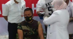 Tak Ingin Masyarakat Takut, Dandim 1502/Masohi Orang Ketiga Di Suntik Vaksin Sinovac Tahap Pertama