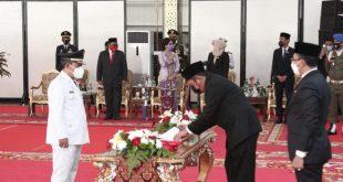 Drs. H. Kuryana Azis, Drs. Johan Anuar, SH,.MM Diambil Sumpah Jabatan Sebagai Bupati dan Wakil Bupati OKU
