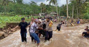 Kapolres Lumajang AKBP Eka Yekti Hananto Seno, S.I.K., M.Si bersama BPBD Lumajang meninjau luapan air sungai.
