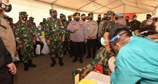 PANGLIMA TNI DAN KAPOLRI TINJAU LANGSUNG PELAKSANAAN VAKSINASI PRAJURIT TNI-POLRI DI POLDA KEPRI