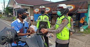 Wartawan Dan Sat-Lantas Polres Belitung Timur Pupuk Kepedulian Dengan Membagikan Takjil