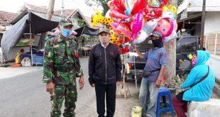 Dukung New Normal, Babinsa 0825/21 Kalipuro Himbau Warga di Pasar Tradisional Gunakan Masker