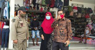 Penerapan Protokol Kesehatan, Bupati Beserta Istri Kunjungi Pasar Piru
