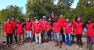 Peduli Lingkungan, DPC PDIP SBB Tanam Mangrove dan Bersihkan Sampah di Dua Desa