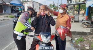 Satlantas Polres Bangka Lakukan Pemabagian Masker Bersama Pemdes Karya Makmur, Fkpm, Pokdartibmas, Dan Media.