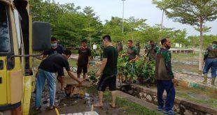 Lanal Karimun dan warga goro Membersihkan Kolam dari Enceng Gondok